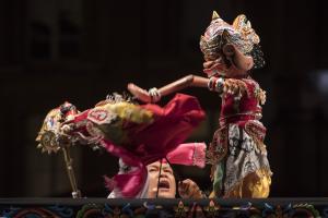 Dadan Sunandar Sunarya et la troupe Putra Giri Harja 3 pendant le Festival Mondial de la Marionnette de Charleville-Mézières, septembre 2017. Institut International de la Marionnette / photo : Christophe Loiseau.