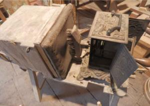 Quelques objets détournés par Maurice afin de produire les sons, bruitages et éclairages pour ses pièces de théâtre de marionnettes. Photo extraite du dossier pédagogique créé par la Maison de George Sand à Nohant.