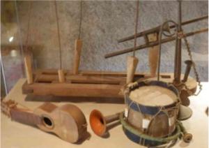 Instruments de musique miniatures utilisés par les marionnettes de Maurice Sand. Photo graphie extraite du dossier pédagogique réalisé par la Maison de George Sand à Nohant.