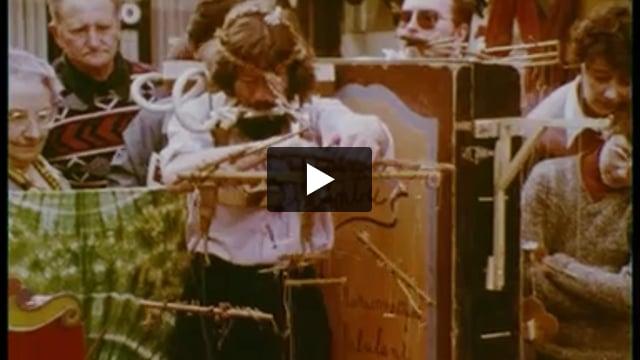 """Spectacle de rue, marionnette à fils, par Nimbus (France), extrait de """"Théâtre de marionnettes : jeu, techniques, expression""""."""