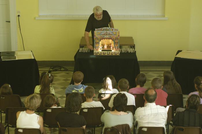2e Festival Marionnettes en Chemins (2006), Résidence de la compagnie Papierthéâtre à Vorges, Présentation de l'histoire du théâtre de papier par Alain Lecucq