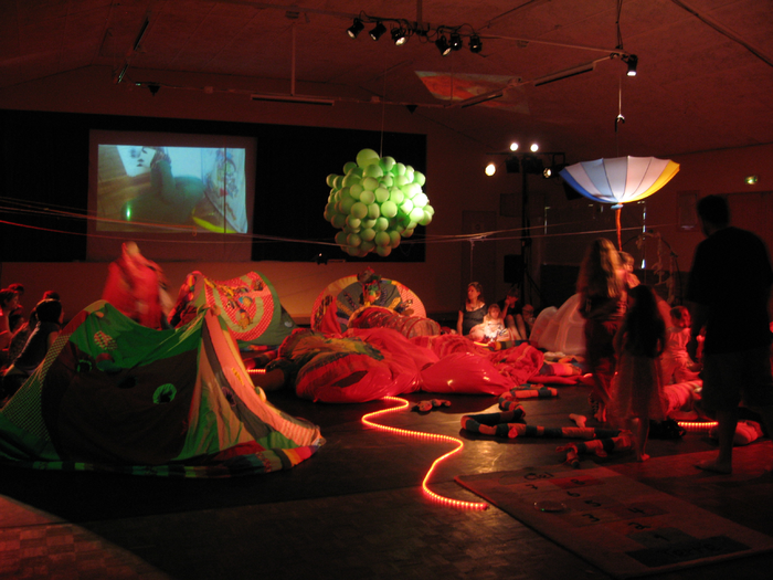 4e Festival Marionnettes en Chemins (2010), Gingko Parrot, dans mon arbre il y a…, compagnie AMK