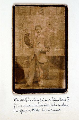 1893. Léon Ribe, Beau-Frère de Petrus Raphard fut la cause involontaire de la vocation de marionettiste de ce dernier.