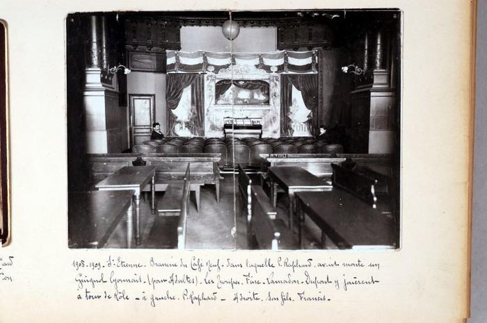1908-1909. Saint-Etienne. Brasserie du Café Neuf dans laquelle P. Raphard avait monté un Guignol lyonnais (pour adultes). les troupes Fine-Lamadon-Dupont y jouèrent à tour de rôle. A gauche, P. Raphard. A droite, son fils Francis.