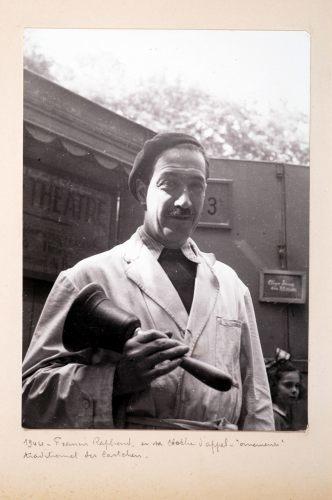 1944. Francis Raphard et sa cloche d'appel,