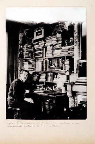 1944. F. Raphard à son bureau. Vue montrant une importante partie de sa documentation.