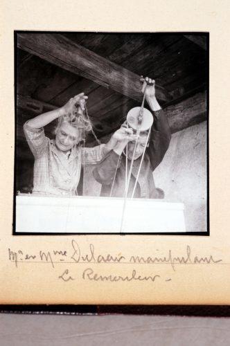 M. et Mme Dulaar manipulant le Rémouleur.