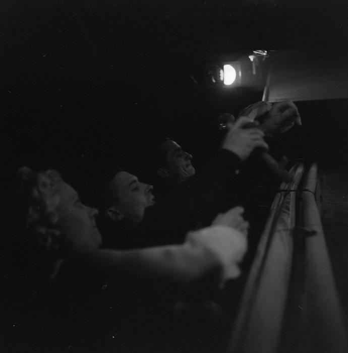 Manipulateurs de marionnettes sur les passerelles : monsieur et madame Chesnais et leur aide. Numéro de Jacques Chesnais et ses comédiens de bois au music-hall de Bobino, rue de la Gaité.