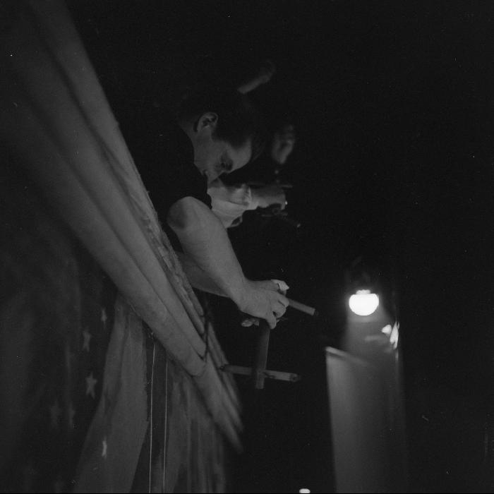 Manipulateurs de marionnettes sur les passerelles : monsieur et madame Chesnais et leur aide. Numéro de Jacques Chesnais et ses comédiens de bois au music-hall de Bobino, rue de la Gaité