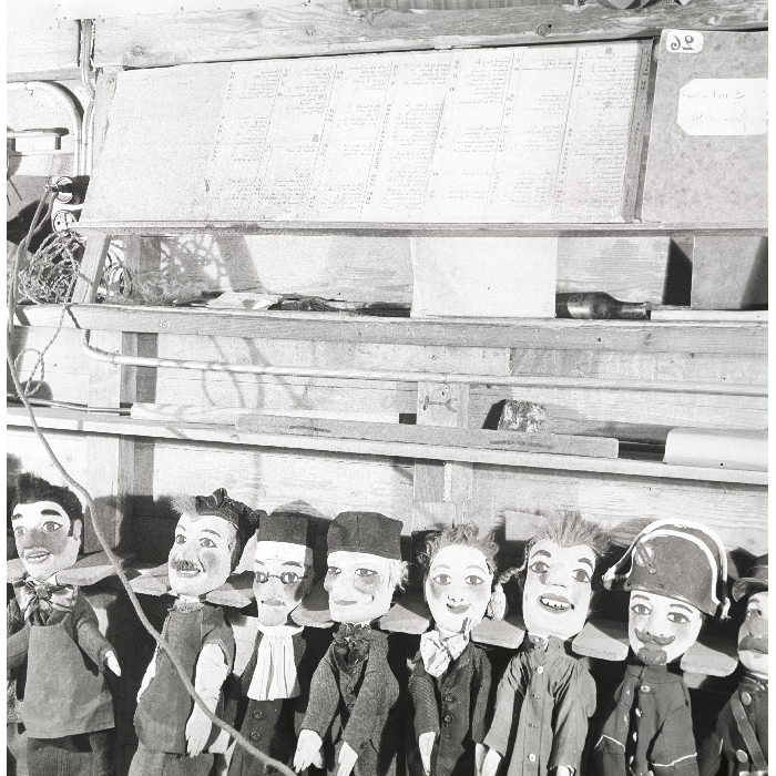 Théâtre Mourguet. Pupitre de lecture et marionnettes au râtelier