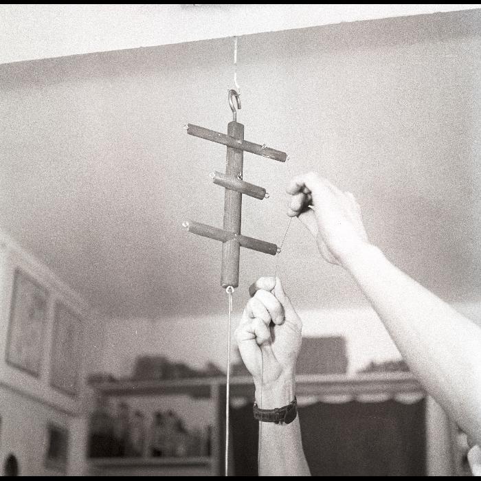 Théâtre Jacques Chesnais. Atelier. Séquence de fabrication d'une marionnette à fils. Ensecrètement d'une marionnette (= pose des fils). Seconde phase : sur le contrôle.