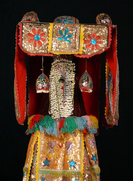 """Costume de revenant """"omolere"""" représentant une grand-mère qui est morte. Le costume couvre complètement l'homme qui danse avec."""