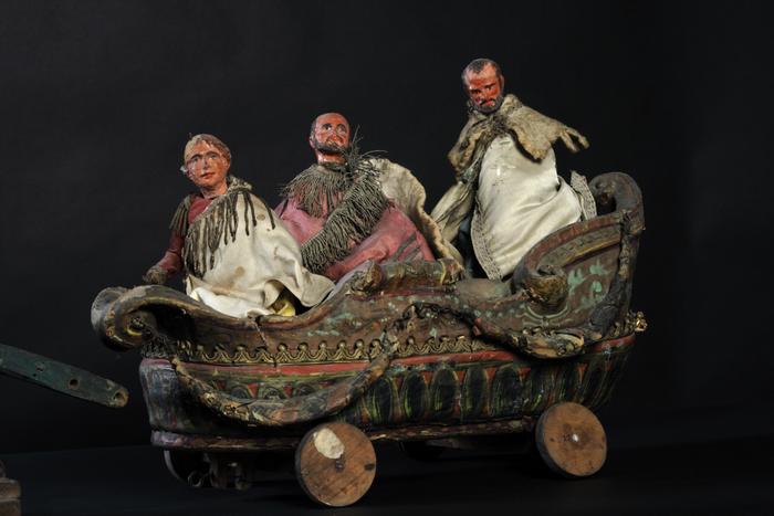 2 cavaliers tirant le char de l'Olympe, où sont 3 personnages
