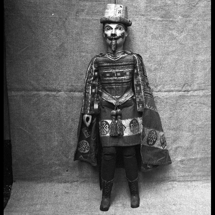 Grec ou Albanais, marionnette à tringle et à fils. Théâtre Louis Richard.