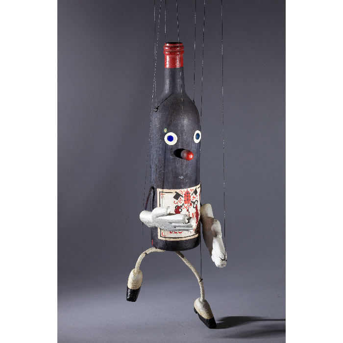 La bouteille de Châteauneuf du pape, marionnette pour <i>Sur le pont d'Avignon</i> par les Comédiens de bois de Jacques Chesnais.