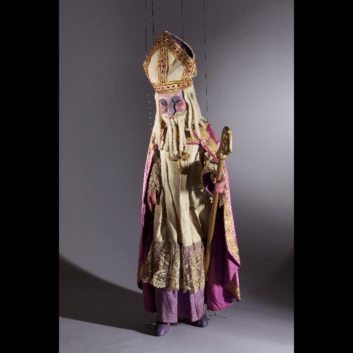 Saint Nicolas, marionnette pour le numéro <i>La Légende de Saint-Nicolas</i>, dans le spectacle <i>Chansons françaises</i> des Comédiens de bois de Jacques Chesnais.