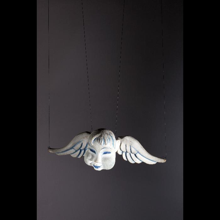 L'angelot, marionnette pour le numéro <i>La Légende de Saint-Nicolas</i>, dans le spectacle <i>Chansons françaises</i> des Comédiens de bois de Jacques Chesnais.
