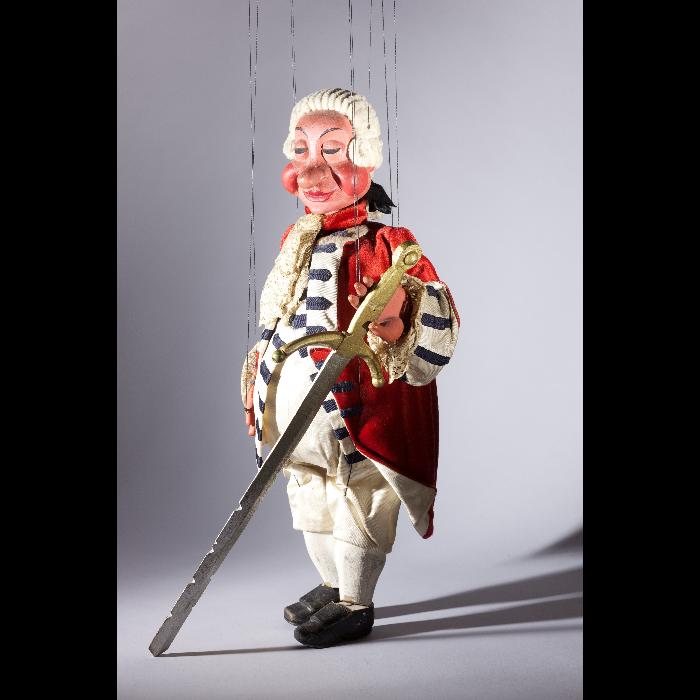 Sabremouche, 3e officier au sabre, marionnette pour le numéro <i>Malbrough s'en va-t-en guerre</i>, dans le spectacle <i>Chansons françaises</i> des Comédiens de bois de Jacques Chesnais.