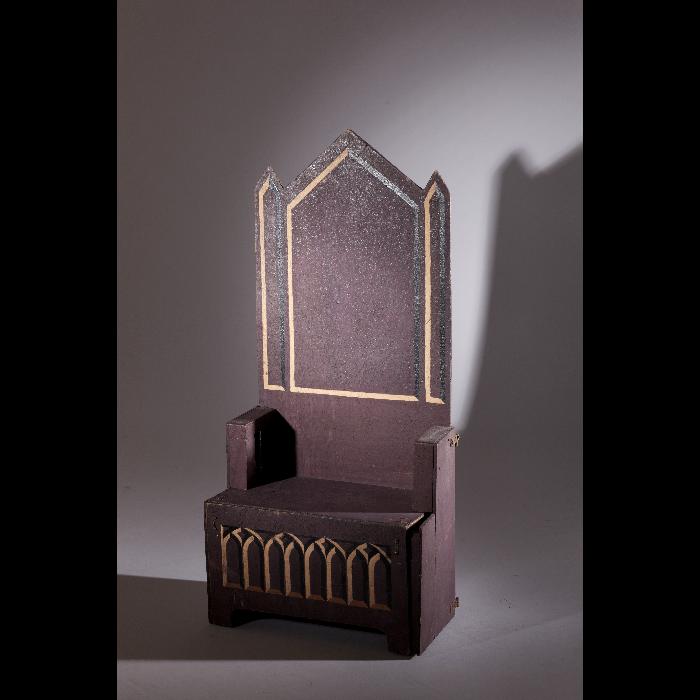 Cathèdre, accessoire pour la Princesse dans <i>L'Amour de moi</i> par les Comédiens de bois de Jacques Chesnais.