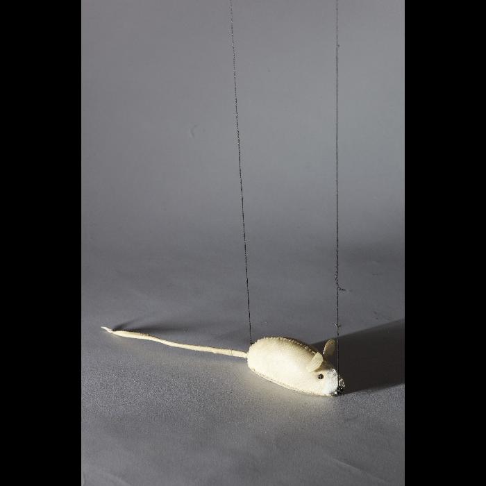 Le rat, marionnette pour <i>Perrine était servante</i> par les Comédiens de bois de Jacques Chesnais.
