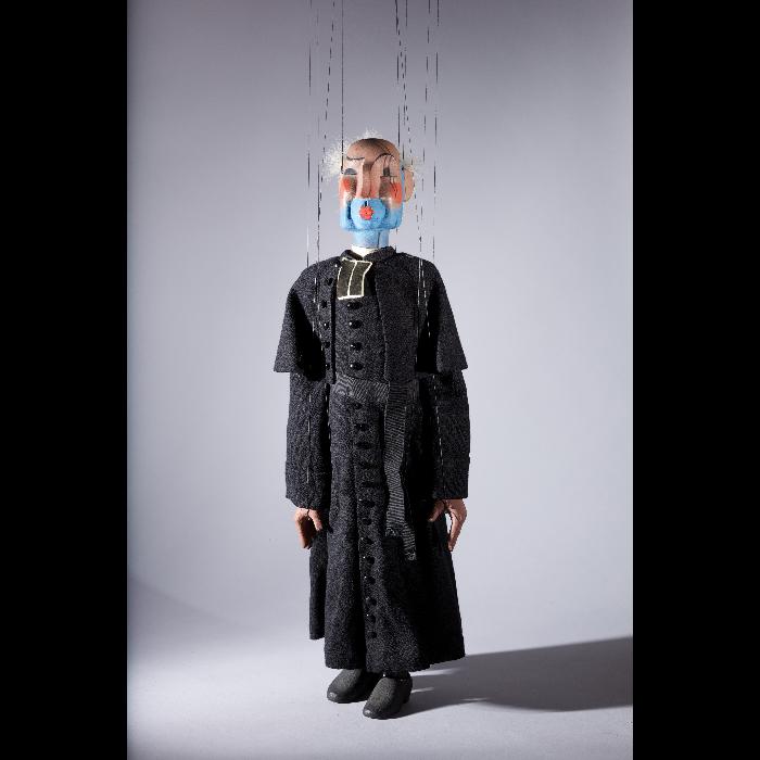 Curé, marionnette pour <i>Perrine était servante</i> par les Comédiens de bois de Jacques Chesnais.