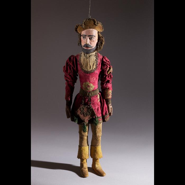 Seigneur avec costume de type Moyen-âge. Collection Jacques Chesnais.