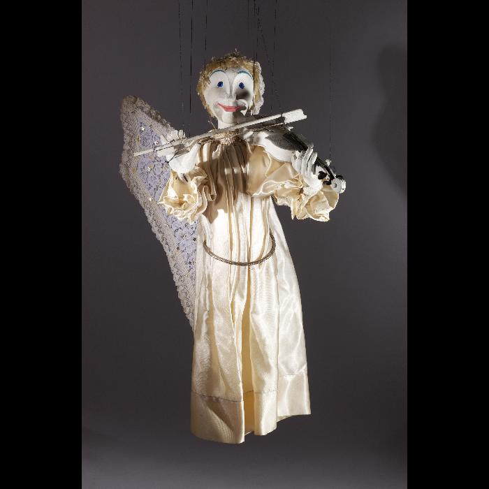 """Ange violoniste, marionnette pour le """"Concert d'anges"""", numéro des Comédiens de Bois de Jacques Chesnais."""