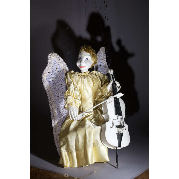 """Ange violoncelliste, marionnette pour le """"Concert d'anges"""", numéro des Comédiens de Bois de Jacques Chesnais."""