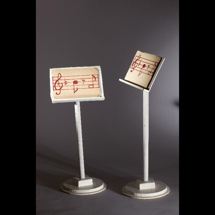 """Pupitre et lutrin , accessoires pour le """"Concert d'anges"""", numéro des Comédiens de Bois de Jacques Chesnais."""