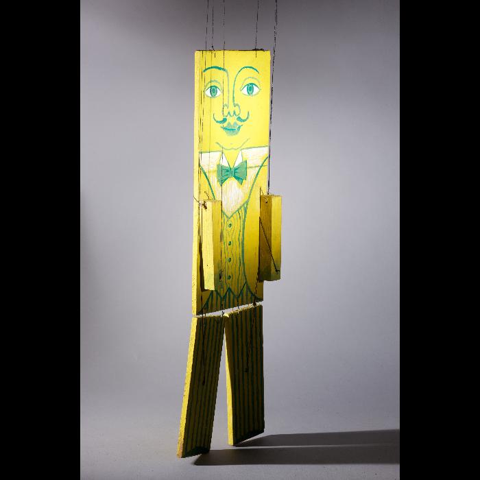 Le banc (municipal), marionnette pour <i>Le Petit Chaperon rouge</i> par les Comédiens de bois de Jacques Chesnais.