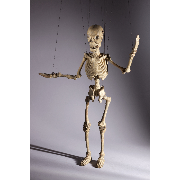 Squelette ou La Mort, marionnette à fils et à transformation. Collection Jacques Chesnais.