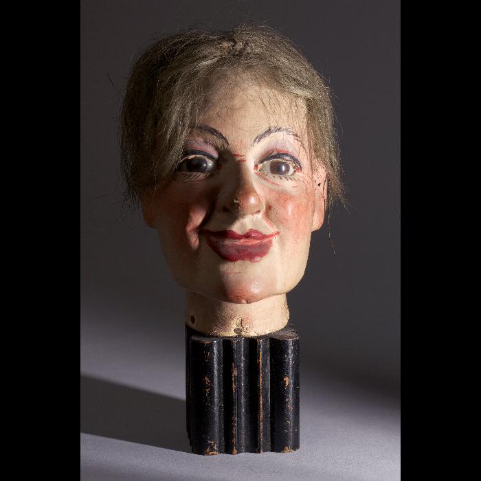 Tête de marionnette Walton, femme. Collection Jacques Chesnais.