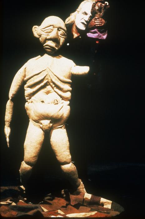 Le Grand-père fou, par le Théâtre aux Mains Nues, marionnette portée à taille humaine, collection CNM/A.