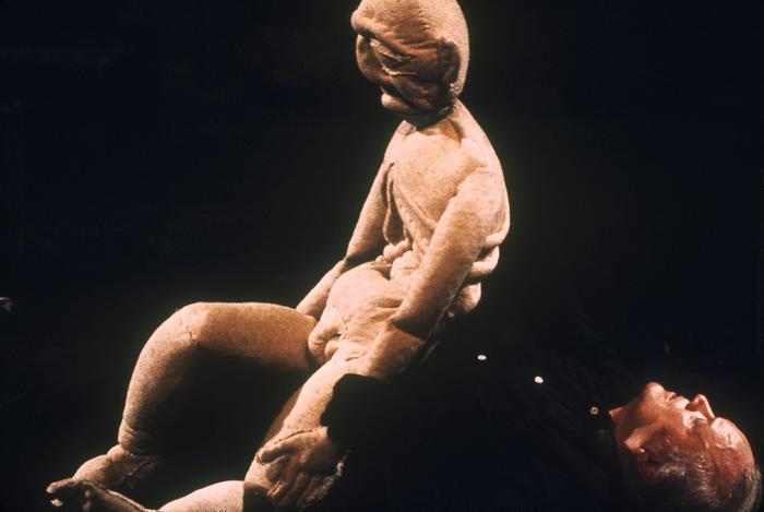 Le Grand-père fou, par le Théâtre aux Mains Nues, marionnette portée à taille humaine représentant le personnage pantin assis sur le manipulateur allongé, collection CNM/A.